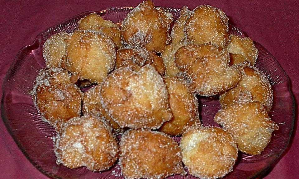 Ausgebackene Nonnenfürzle mit Zucker; Foto: Wikipedia, gemeinfrei