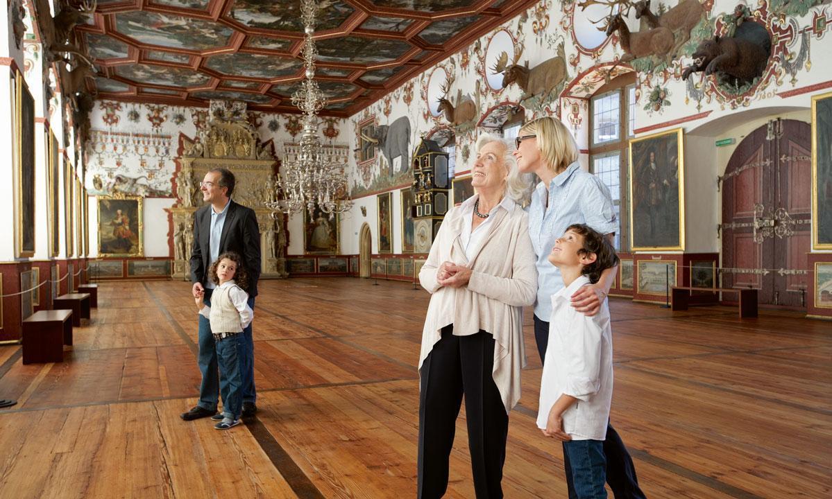 Besucher im Rittersaal des Schlosses in Weikersheim; Foto: Staatliche Schlösser und Gärten Baden-Württemberg, Niels Schubert