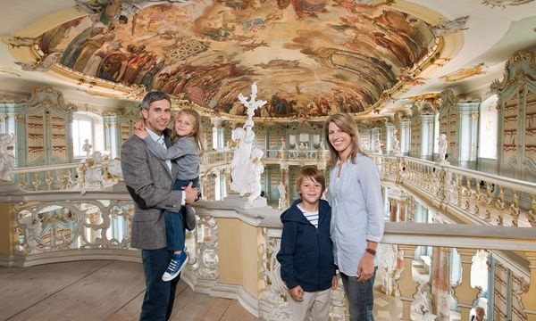 Besucher im Bibliothekssaal im Kloster Schussenried; Foto: Staatliche Schlösser und Gärten Baden-Württemberg, Niels Schubert