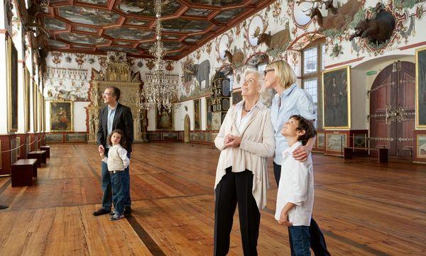 Besucher im Rittersaal des Schlosses in Weikersheim